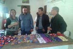 noticia Presidentes municipais admirando os trabalhos das artesãs da ONG FRUTOS DO AMANHÃ.