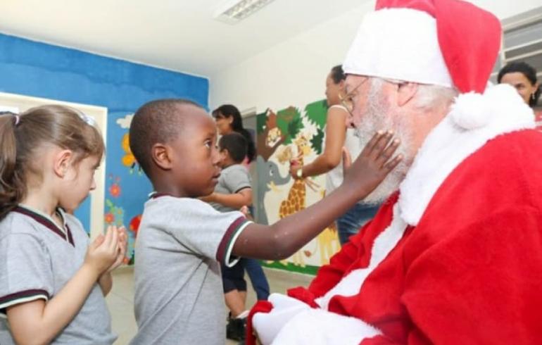 noticia  Cerca de 525 alunos da Educação Infantil  de Louveira recebem visita do Papai Noel
