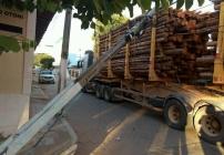 noticia Acidente com carreta derruba poste de energia elétrica no Centro de Poté, Minas Gerais.