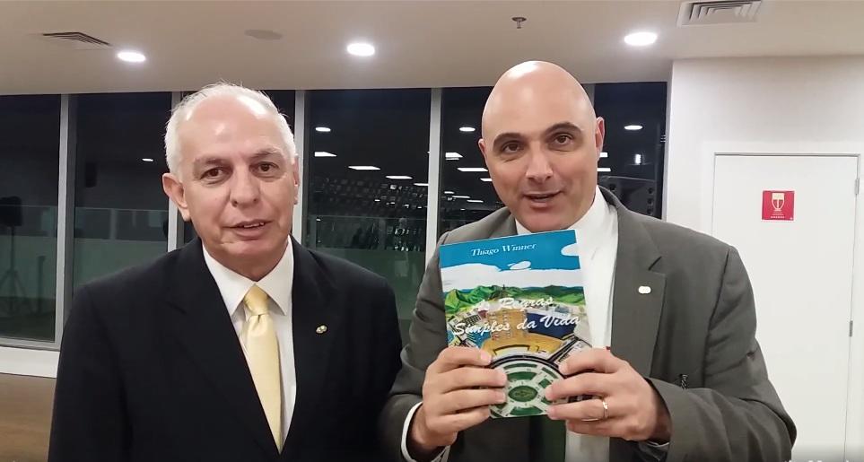 """artigo Diretoria do Palmeiras é presenteada com o livro """"As regras simples da vida"""" do escritor Thiago Winner"""