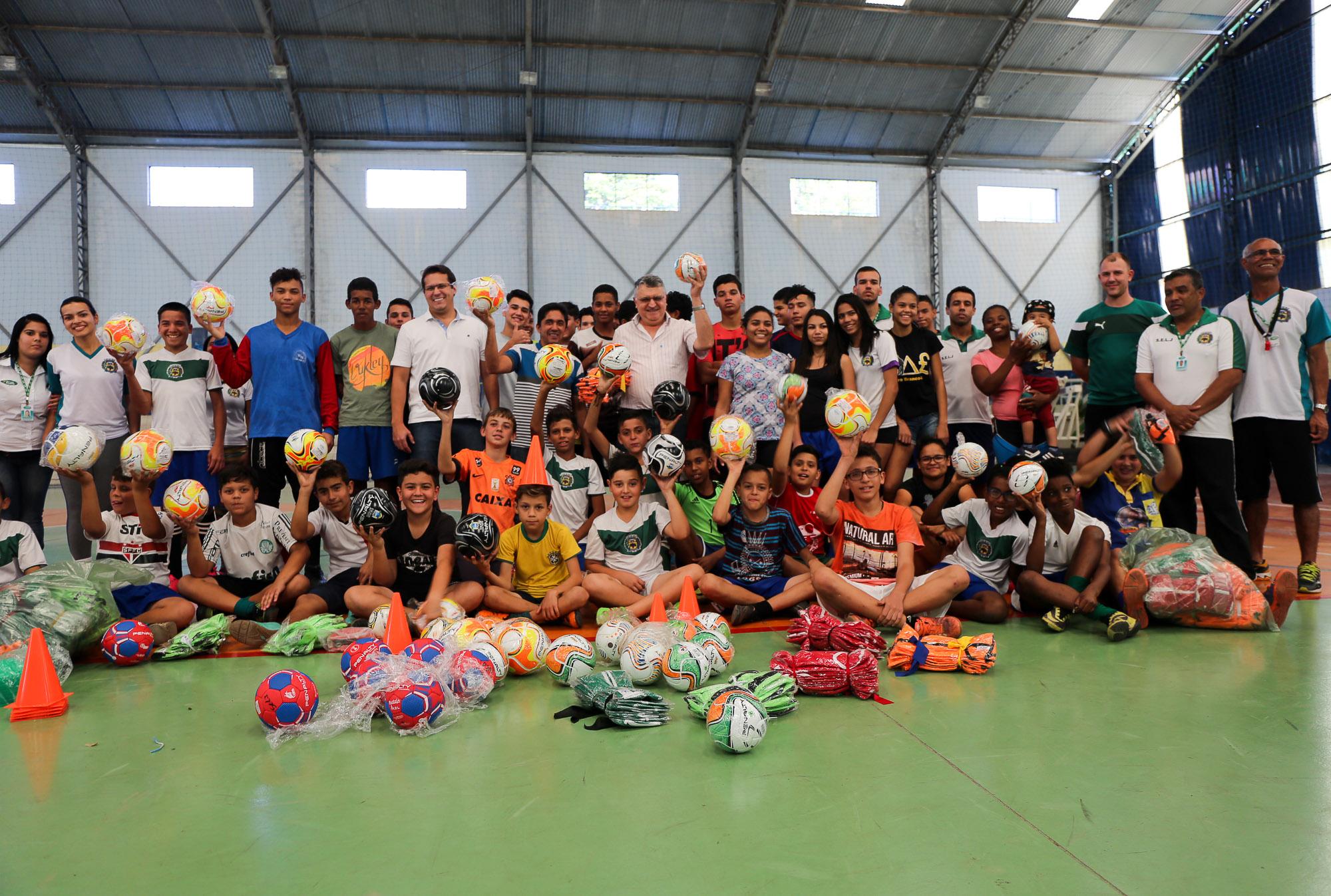 noticia Prefeitura de Louveira entrega Materiais Esportivos para alunos de varias modalidades.