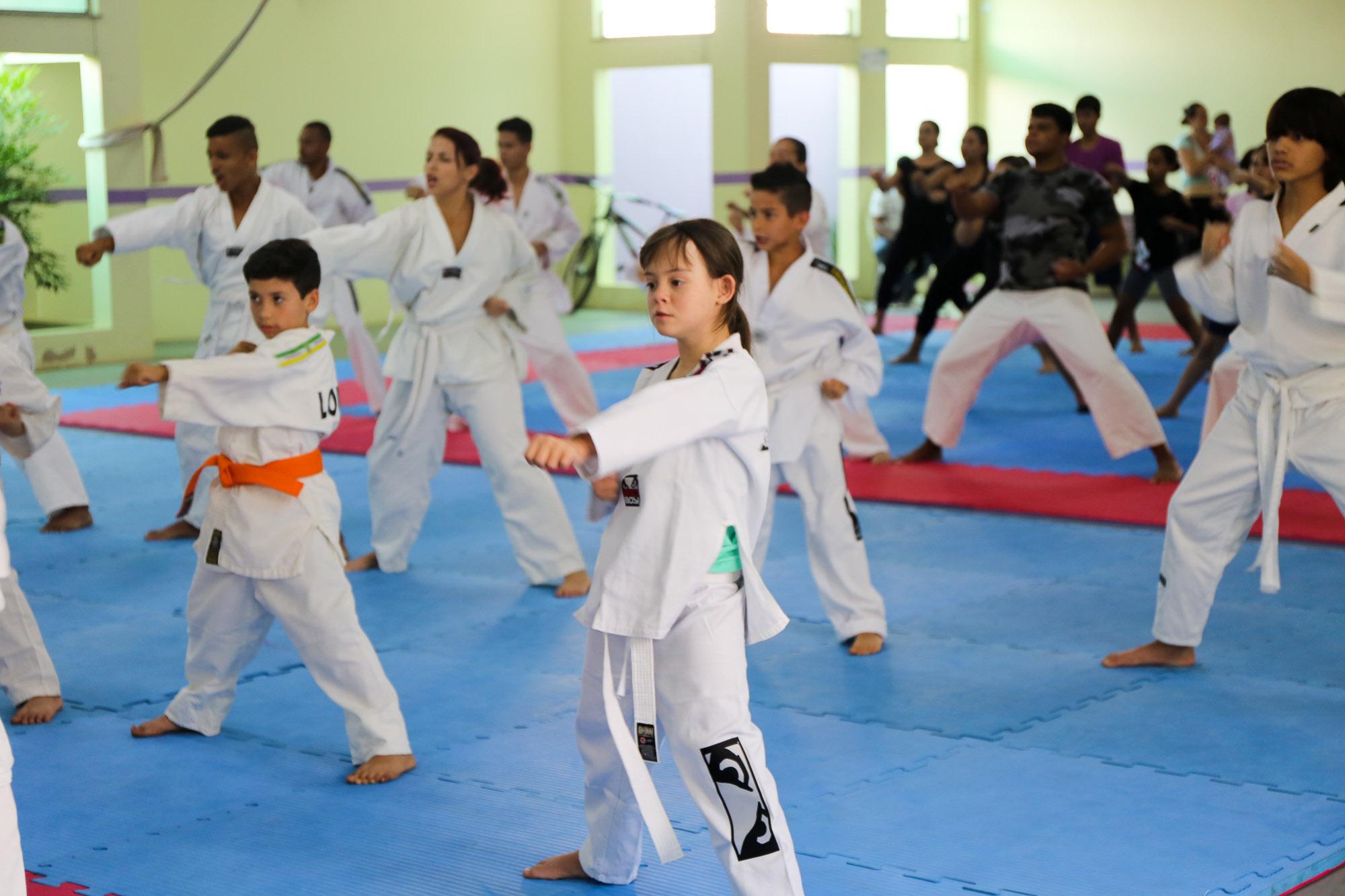 noticia Alunos do Taekwondo de Louveira recebem equipamentos  para treinos no Centro de Excelência de Artes Marciais.