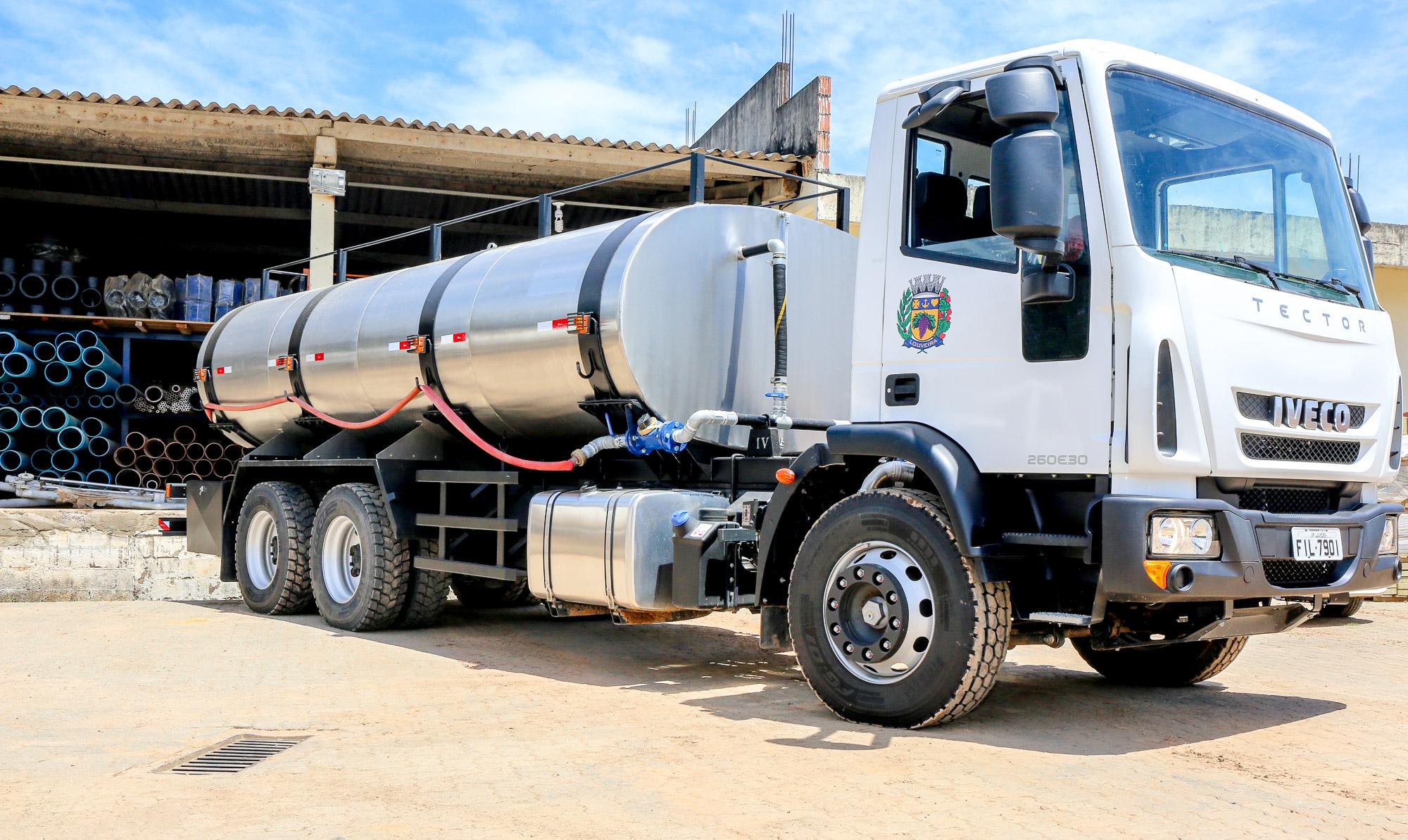noticia O Prefeito Júnior Finamore entregou para a cidade 2 novos caminhões pipa.